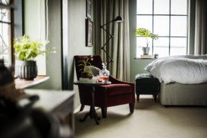 Fåtölj på rum i The Steam Hotel